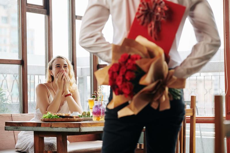 Что подарить девушке, с которой не в отношениях